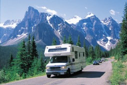 Wohnmobil auf der Moraine Lake Road, Banff National Park - Photo Credit: Travel Alberta